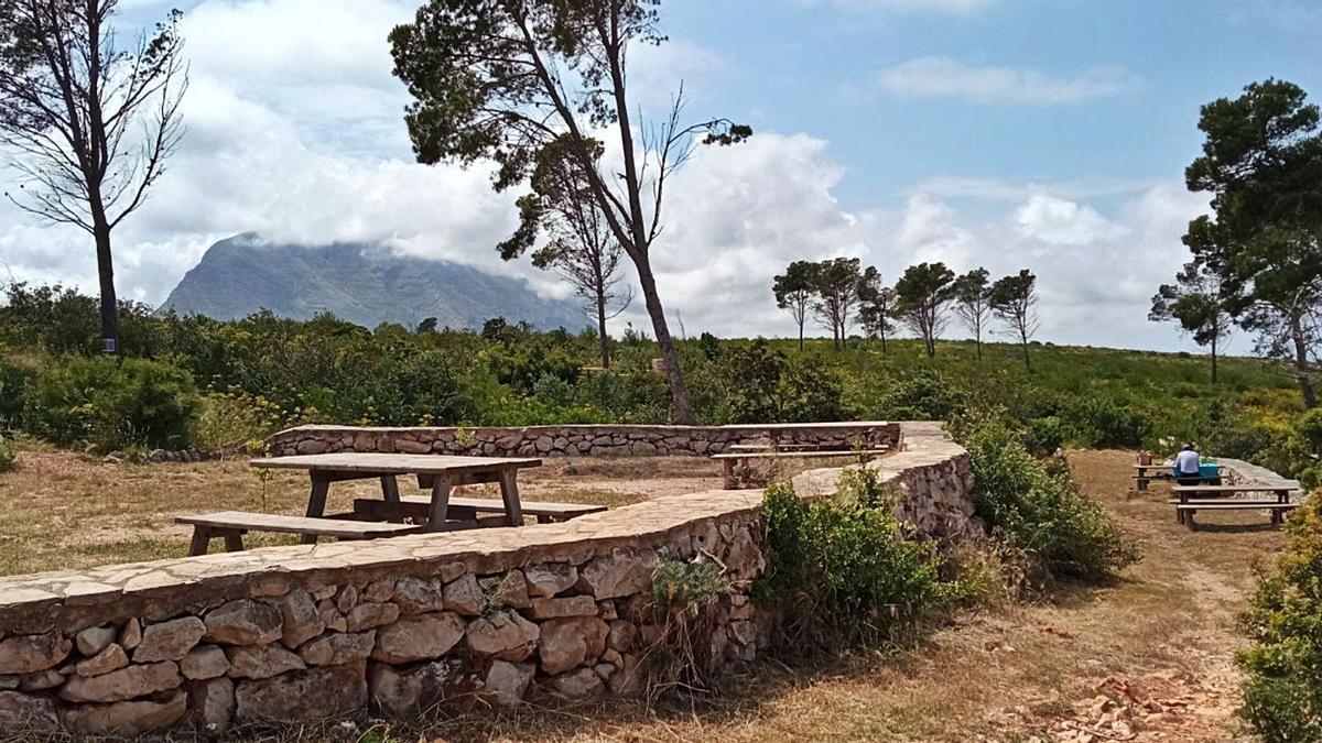 El área recreativa de Les Planes en Xàbia, ofrece mesas y sillas para comer y unas vistas impresionantes al Montgó y al mar  | CARLOS LÓPEZ