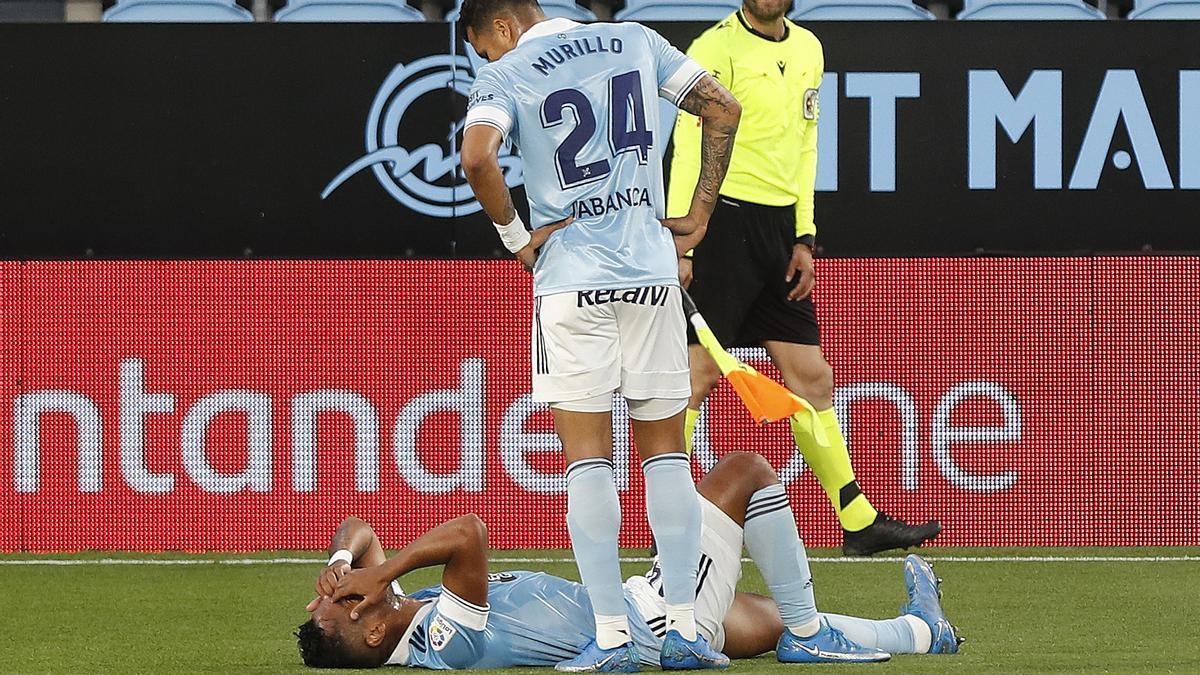 Murillo observa a Renato Tapia, que se duele en el suelo tras lesionarse el muslo frente al Levante