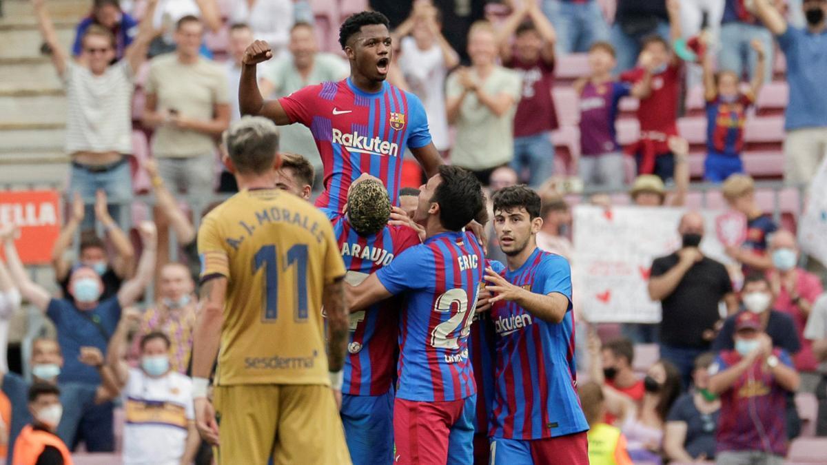Los jugadores del Barça elevan a Ansu Fati tras su gol.