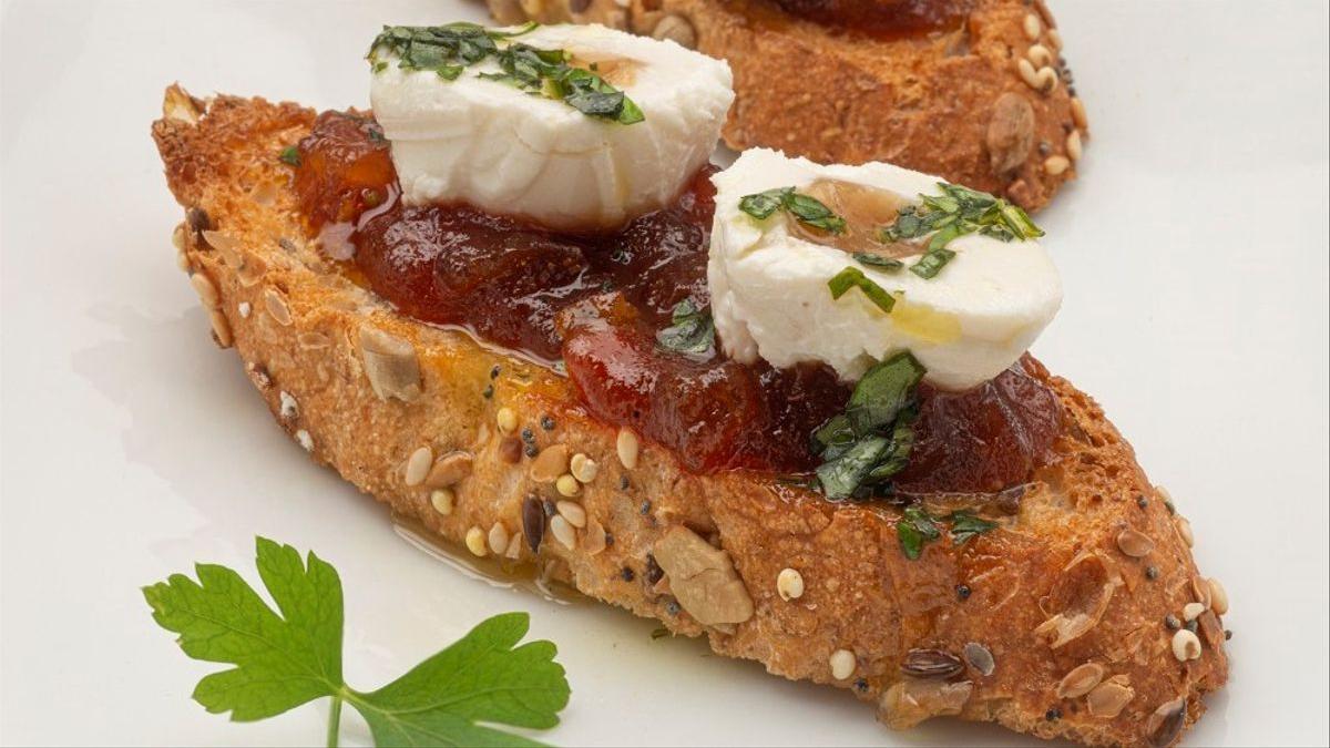 Bocados de queso rellenos de higo con mermelada de tomate de Karlos Arguiñano.