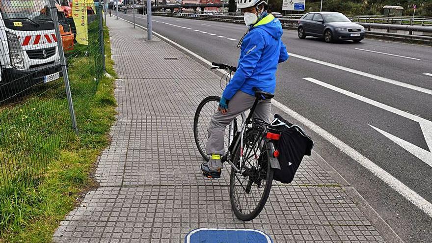 Ciclistas denuncian que les impiden circular por el tramo de carril bici sobre la acera en la zona de A Pasaxe