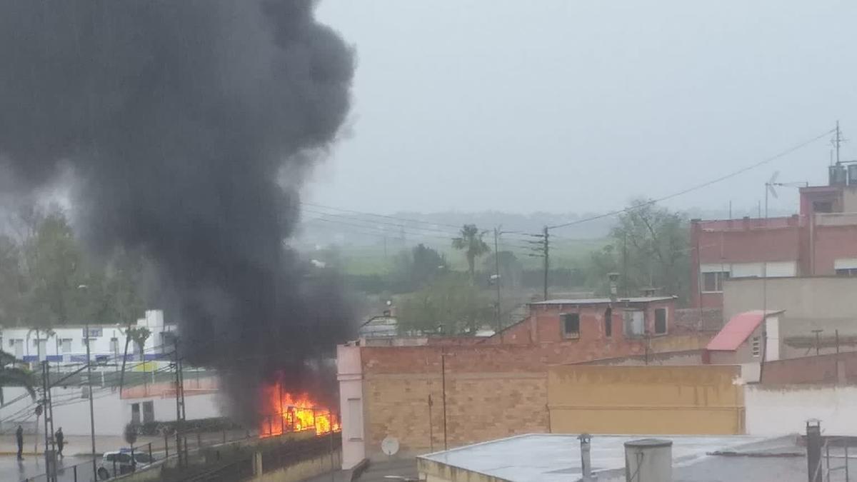 Arde un autobús en la CV-50 a la altura de Carlet
