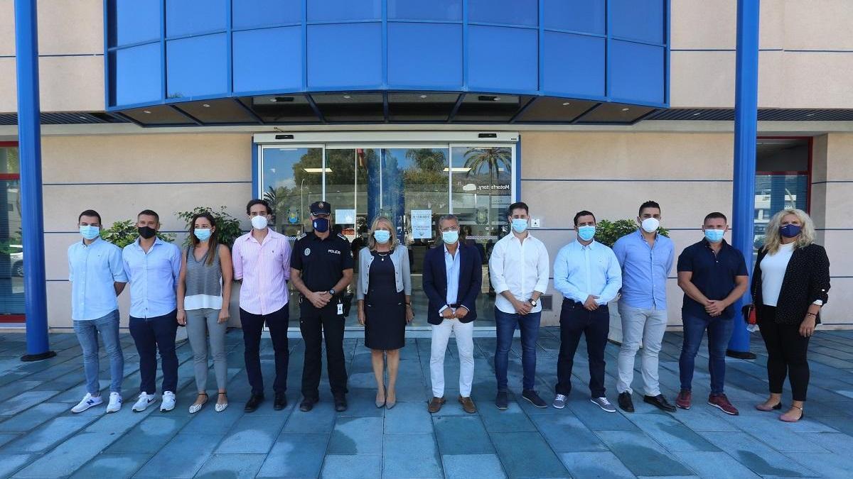La alcaldesa de Marbella, Ángeles Muñoz, con los nuevos agentes.