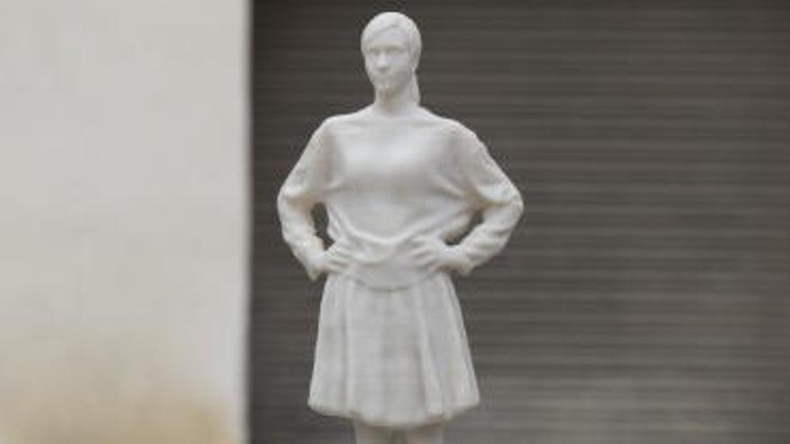 Engeguen una campanya de micromecenatge per restaurar l'escultura feminista destrossada a Manresa