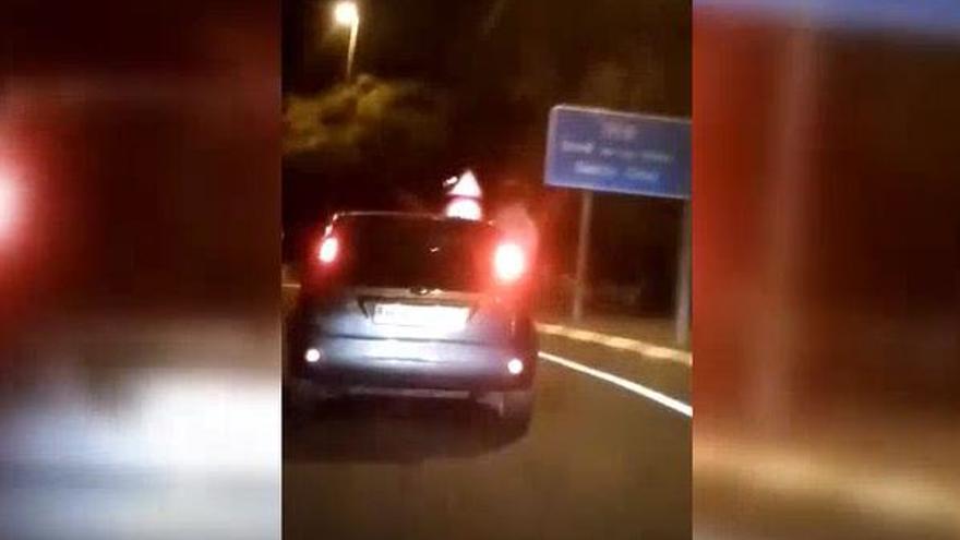 Un joven sale por fuera de la ventanilla con el coche en marcha en Tenerife