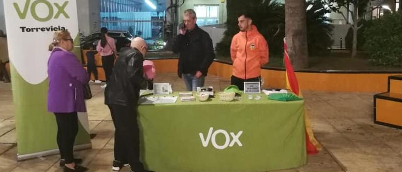 Imagen de una de las habituales mesas informativas de Vox en el centro de Torrevieja.