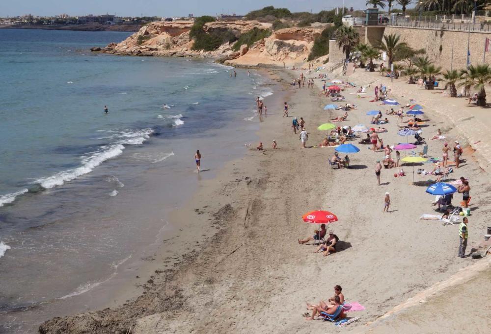 Punta Prima, en Orihuela, con bandera azul. Las playas de Mil Palmeras, Aguamarina y Cala Estaca, en la misma localidad, también lucen este distintivo de calidad.