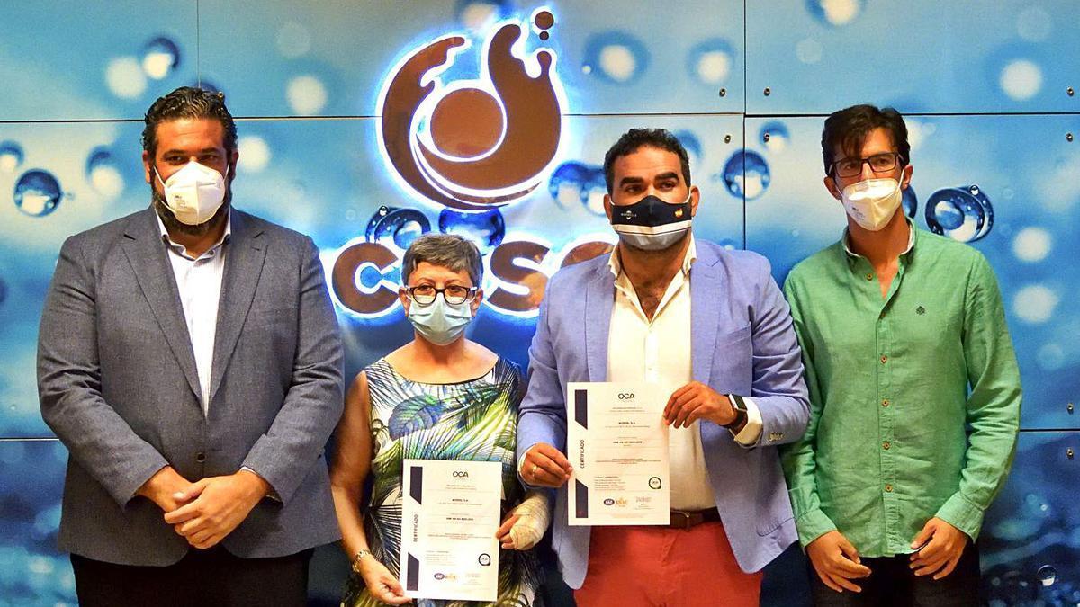 Cañavate y Cardeña, junto a directores de Acosol, ayer, con las certificaciones.