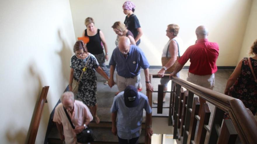Els veïns d'Igualada passen l'última visita a l'antic Hospital