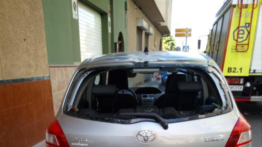 La caída de cascotes desde un edificio en Vecindario daña un coche