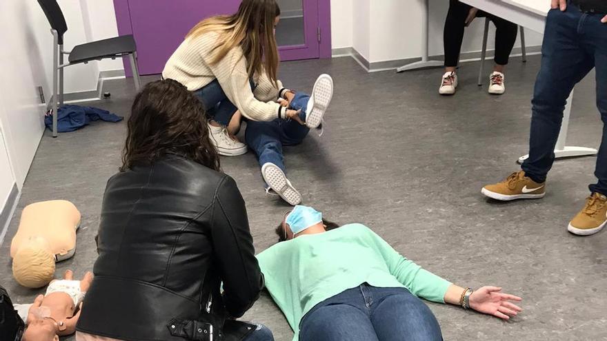 Los maestros aprenden a emplear técnicas de reanimación en el CEU