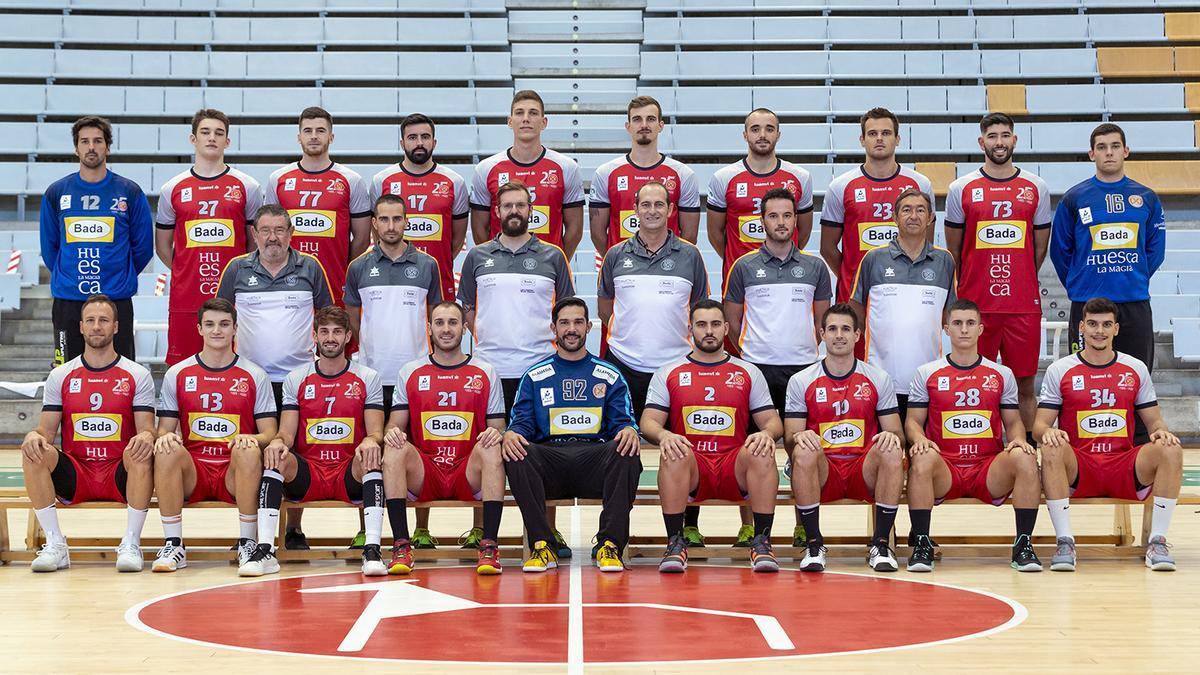 La plantlla y el cuerpo técnico del Bada Huesca posan en la foto oficial del equipo