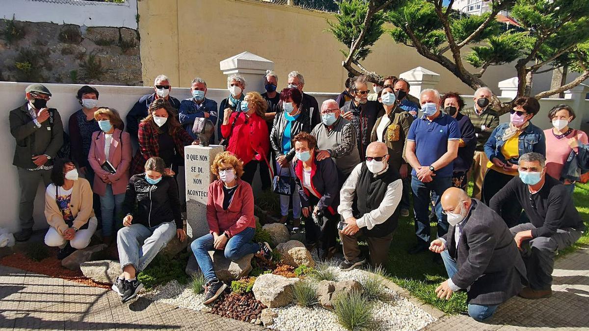 Foto de familia del acto junto a la escultura, con Paco Ferreira (tercera fila, centro, con gafas oscuras).     // S.Á.
