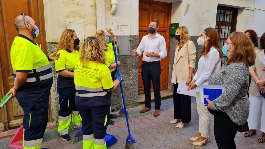 Caravaca refuerza la limpieza de calles con un programa que da empleo y formación
