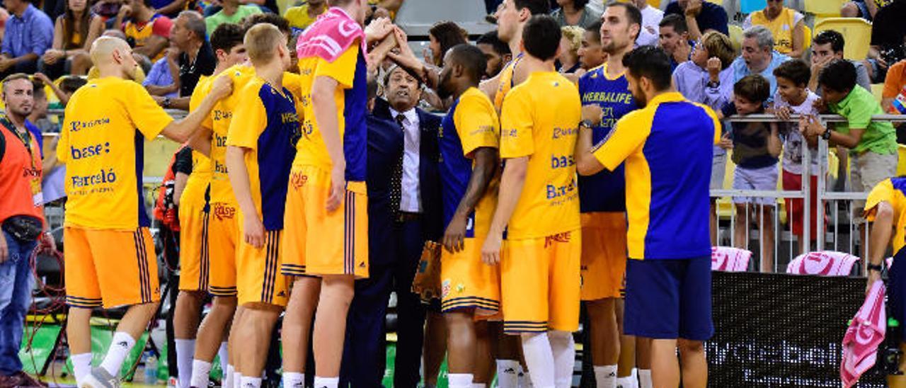 El Herbalife Gran Canaria hace piña en uno de sus encuentros en la Liga Endesa.