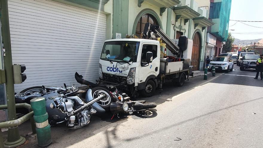 Un camión se estrella contra dos motos y una casa en Gran Canaria