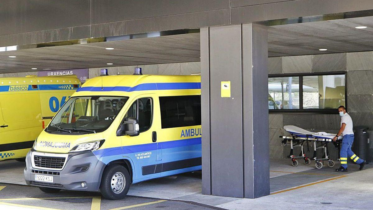 Un técnico de ambulancia empuja una camilla en Urgencias del Hospital Álvaro Cunqueiro.