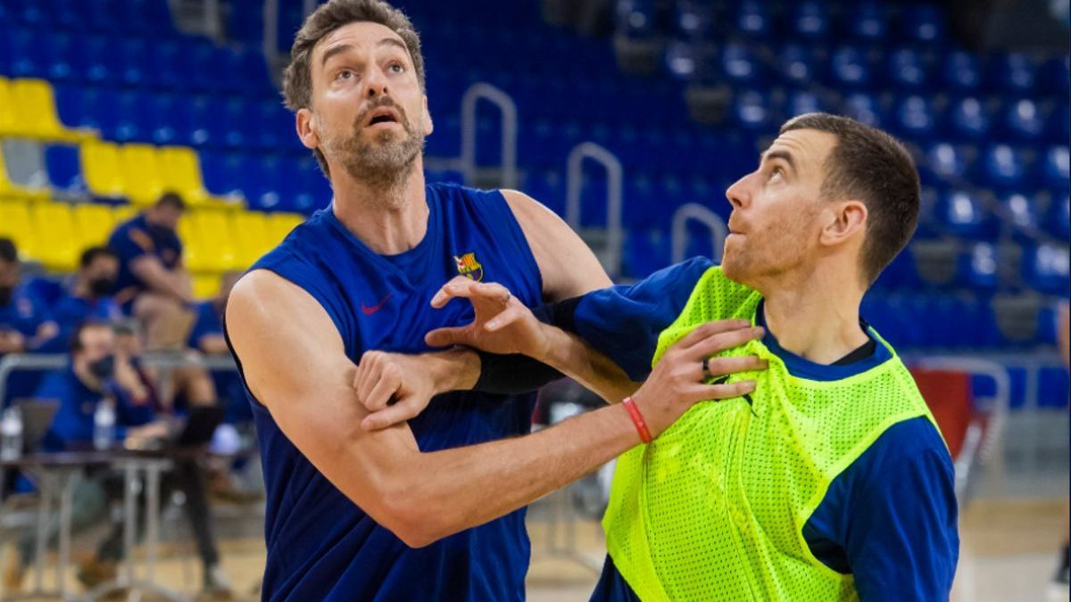 Pau Gasol fights with Claver in a training action this Thursday.