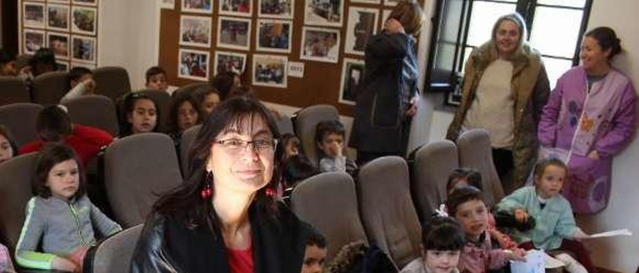 Mónica Rodríguez posa con los escolares en la escuela de Abres.