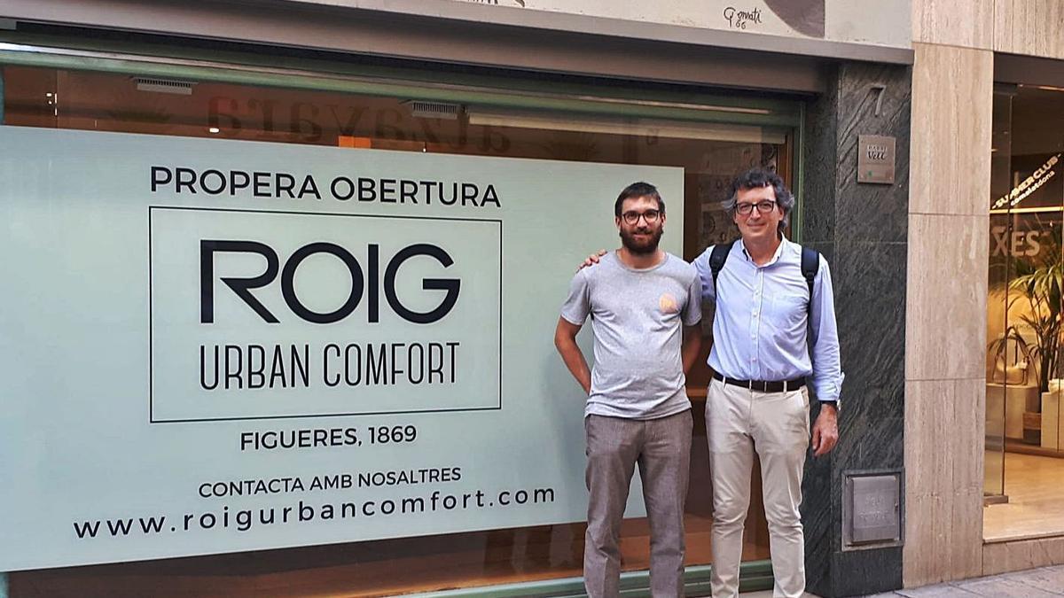 Miquel Roig Amat i Miquel Roig Casademont davant la històrica botiga de Freixa, a Banyoles