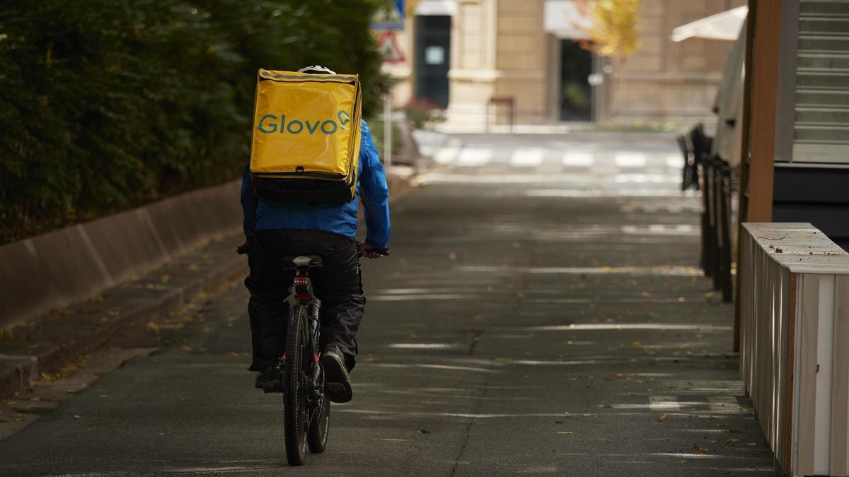 Un repartidor de Glovo circula por una calle de Pamplona, en Navarra.