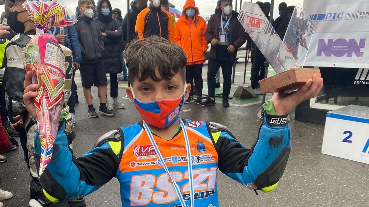 El piloto zamorano, con sus trofeos.