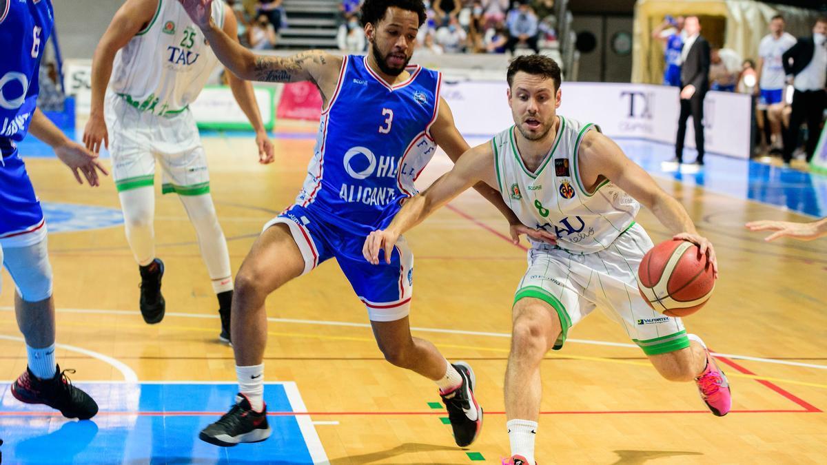 El jugador del TAU maneja el balón en un ataque posicional.