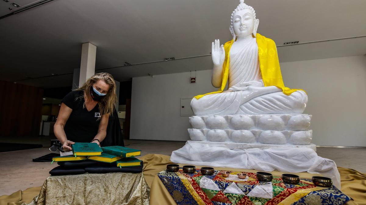 Imagen de la estatua del Buda Mahar Karuna, a su llegada a Cáceres.