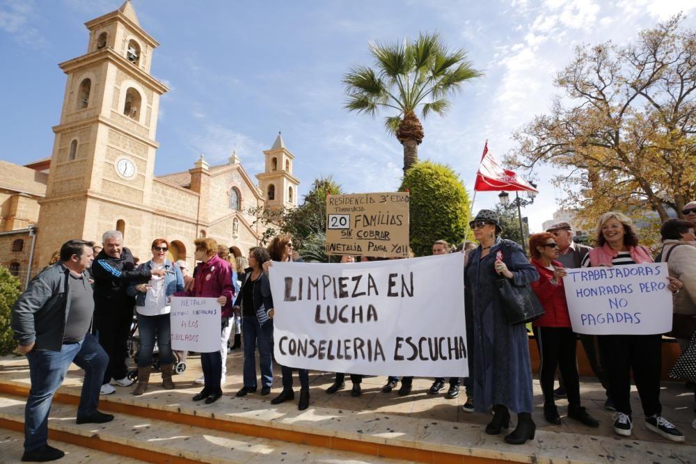Las limpiadoras en huelga por los impagos de la empresa adjudicataria de la Generalitat protagonizaron ayer una protesta ante el Ayuntamiento de Torrevijea