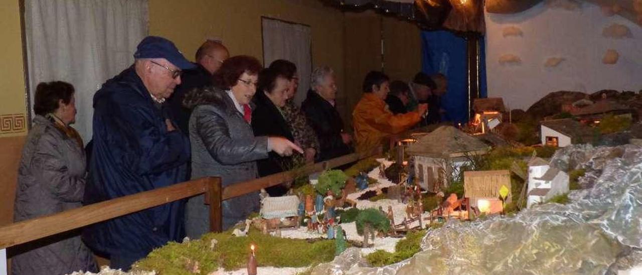 Vecinos de Zardaín contemplan el belén tras su inauguración.
