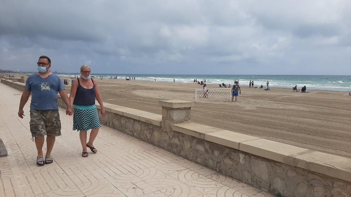 Turistas paseando junto a la playa de Peñíscola esta misma semana.