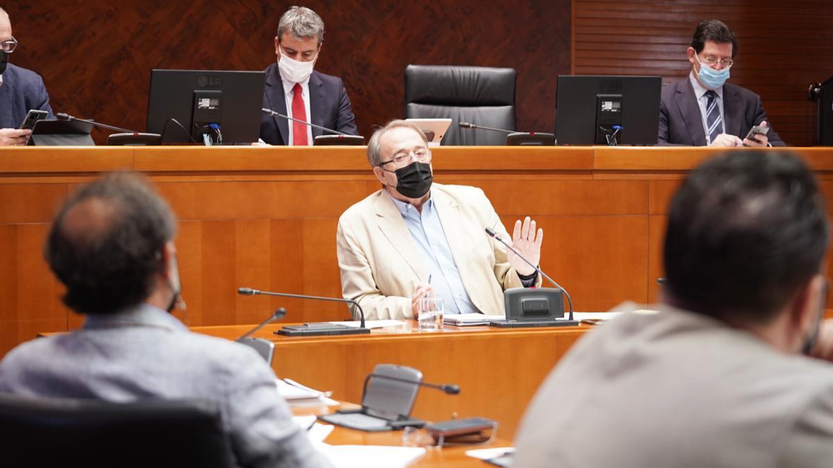 El consejero de Hacienda, Carlos Pérez Anadón, en una comparecencia.