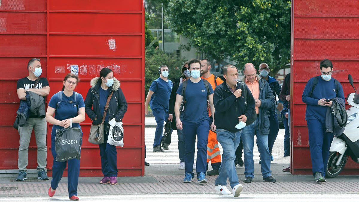 Salida de trabajadores de la fábrica de Balaídos // Marta G. Brea