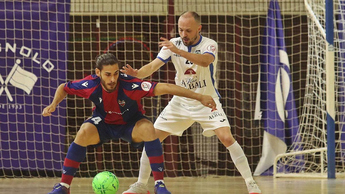 La igualdad entre el Levante FS y el Valdepeñas quedó ayer patente de nuevo en el segundo partido.  | J.M. LÓPEZ