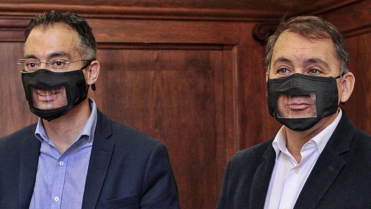 El alcalde de Santa Cruz, el nacionalista José Manuel Bermúdez, y el edil de Urbanismo, Carlos Tarife, del PP, presentan las mascarillas transparentes .