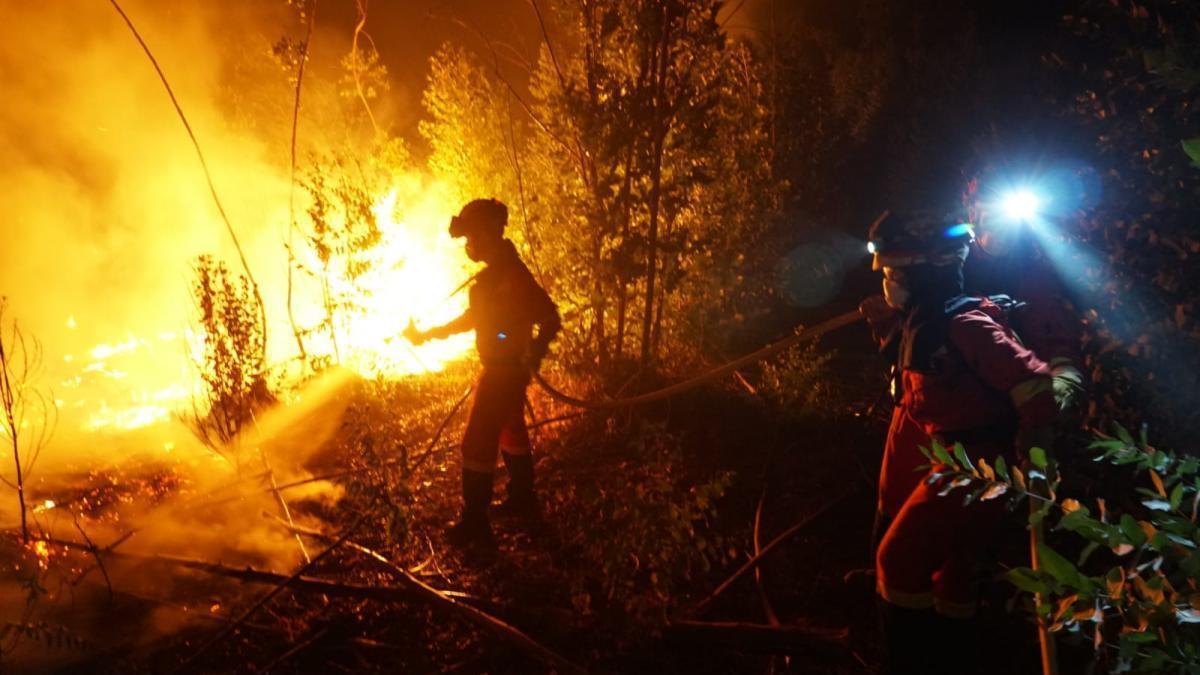 El número de desalojados por el incendio de Almonaster la Real asciende a 490 personas