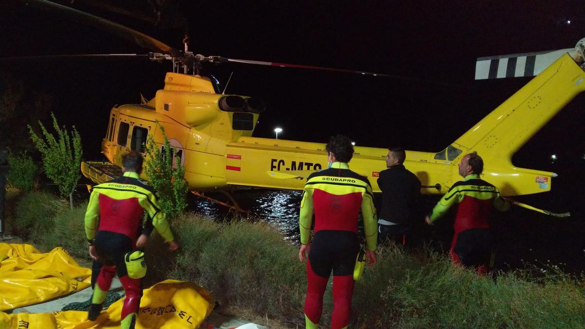 El helicóptero siniestrado, poco después de ser recuperado del agua.