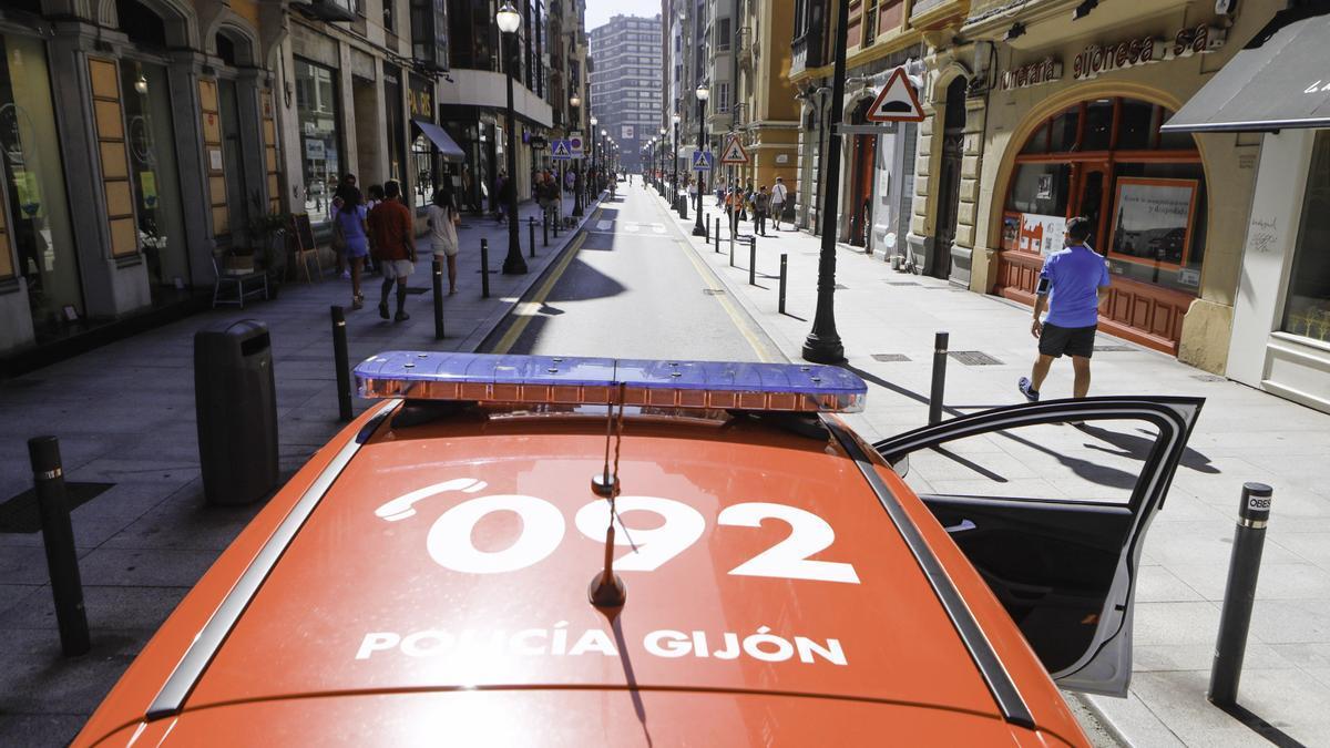 Un coche de la Policía Local, en el centro de Gijón