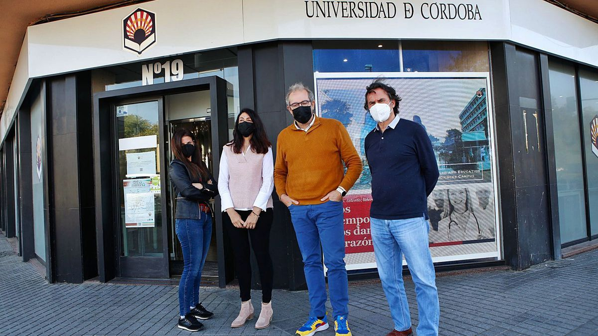 Personal que atiende la Oficina de Información al Estudiante, situada frente a la Estación de Córdoba.