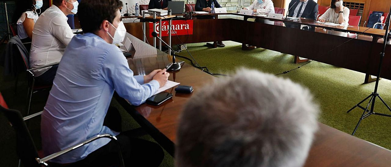 Aspecto de la mesa de debate sobre la formación profesional en el sector del pan, ayer, en la Cámara de Comercio de Avilés. | Mara Villamuza