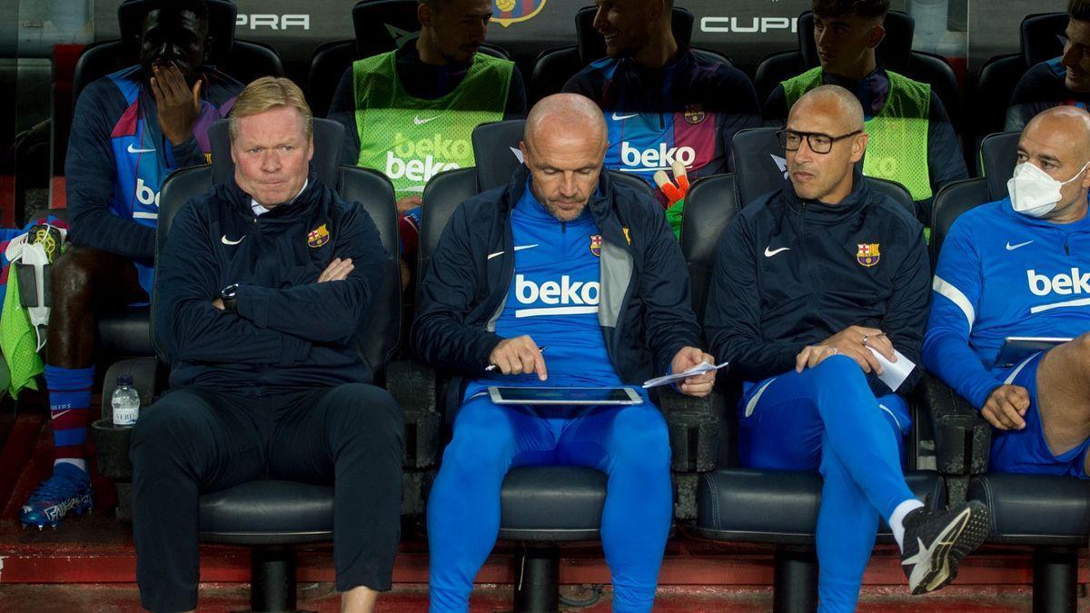 Koeman, along with his assistants Schreuder, Larsson and De la Fuente during the Barça-Granada.