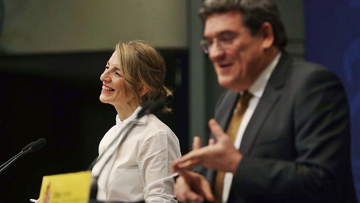 La ministra de Trabajo, Yolanda Díaz, y el de Inclusión, Seguridad Social y Migraciones, José Luis Escrivá. |   // EFE