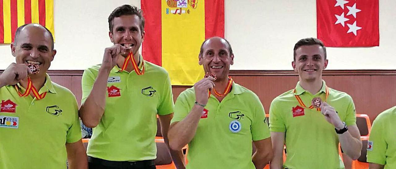 Los billaristas del Chef Amadeo Gandia muerden la medalla lograda en la élite nacional. | GANDIA BILLAR CLUB