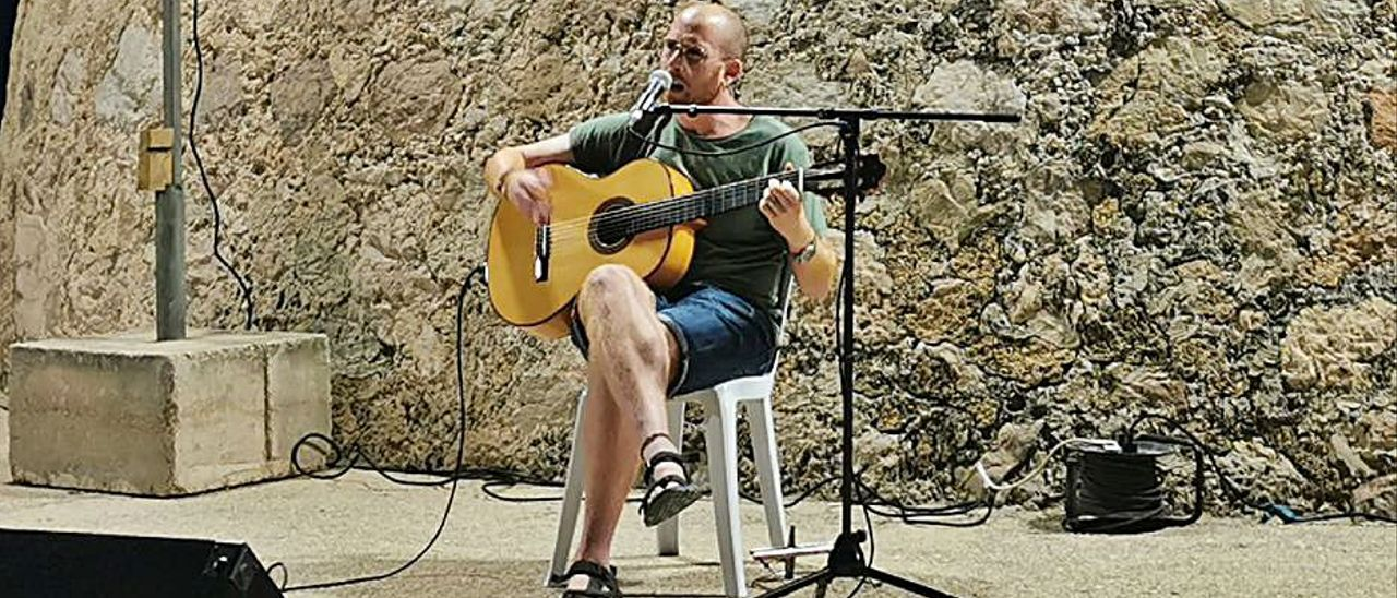 El cantautor de Tavernes, Quim Sanç, actuant a Piles. | LEVANTE-EMV