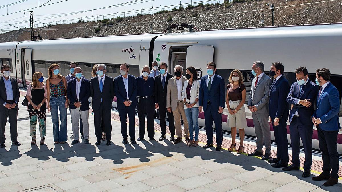 Las autoridades posan a la llegada del AVE a la estación de Otero de Sanabria. | Emilio Fraile