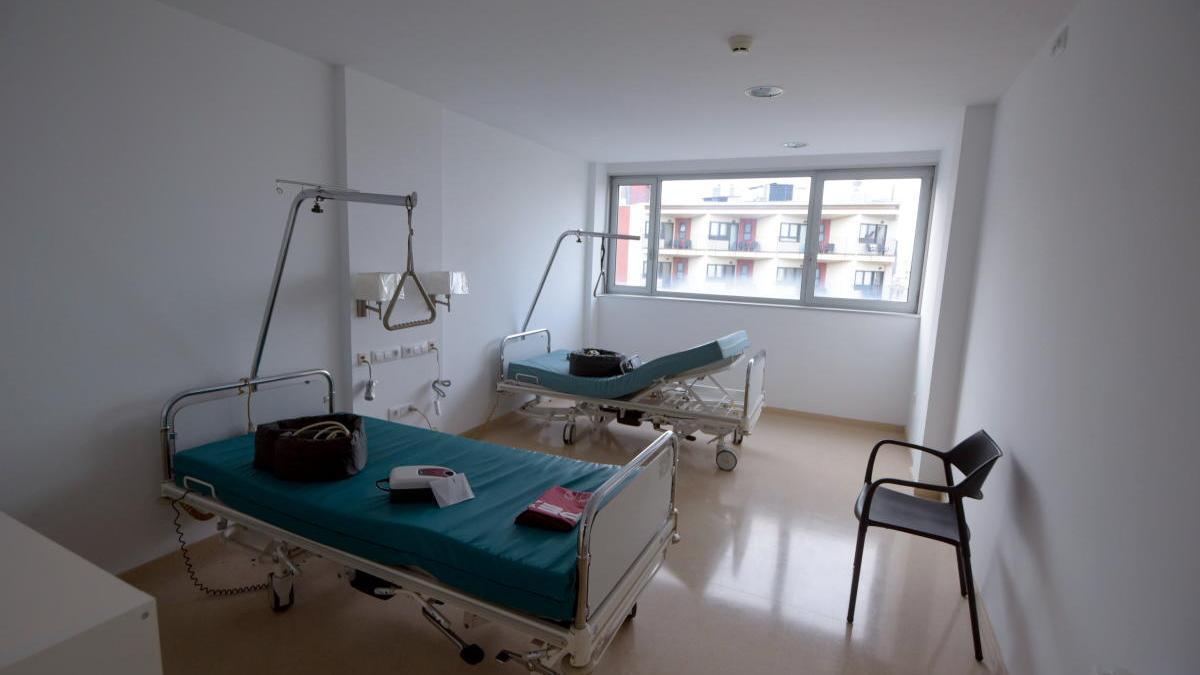 Una habitació amb dos llits articulats d'una residència geriàtrica per a malalts de covid-19.