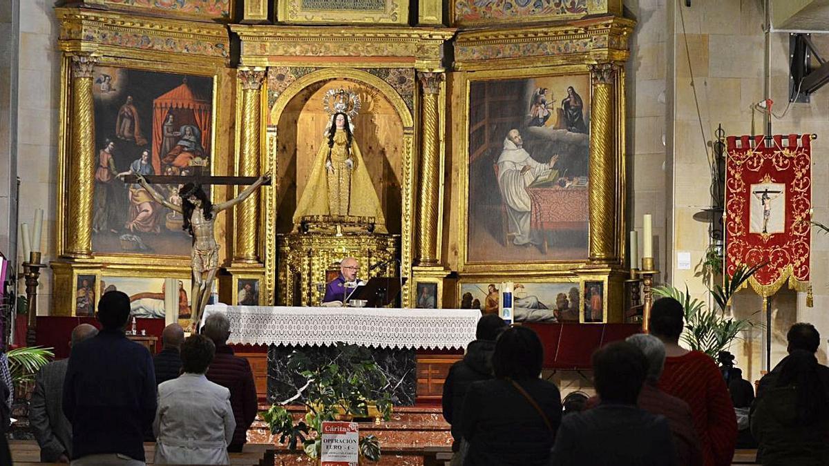 Inicio del triduo al Cristo de la Salud en Benavente, en la iglesia del Carmen. | E. P.