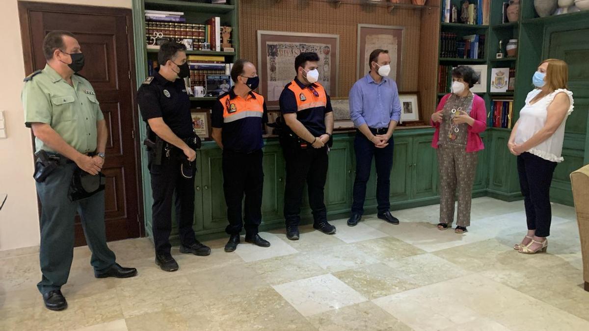 La subdelegada del Gobierno y la alcaldesa, con representantes de Protección Civil, Policía Local y Guardia Civil.