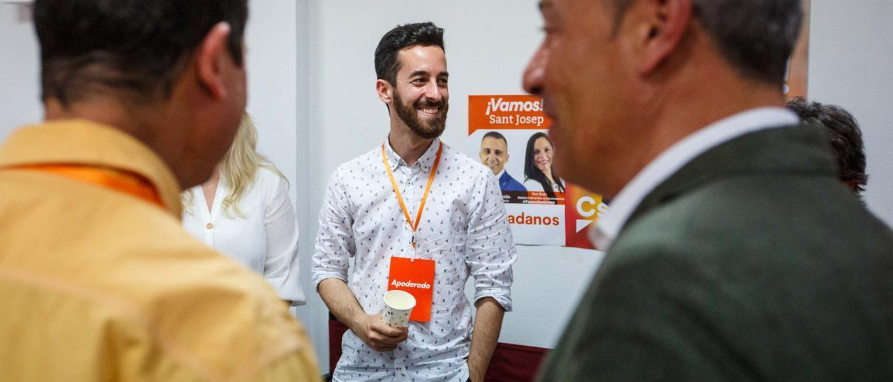 Torres, al fondo, en unas elecciones en la sede de Ciudadanos. Toni Escobar
