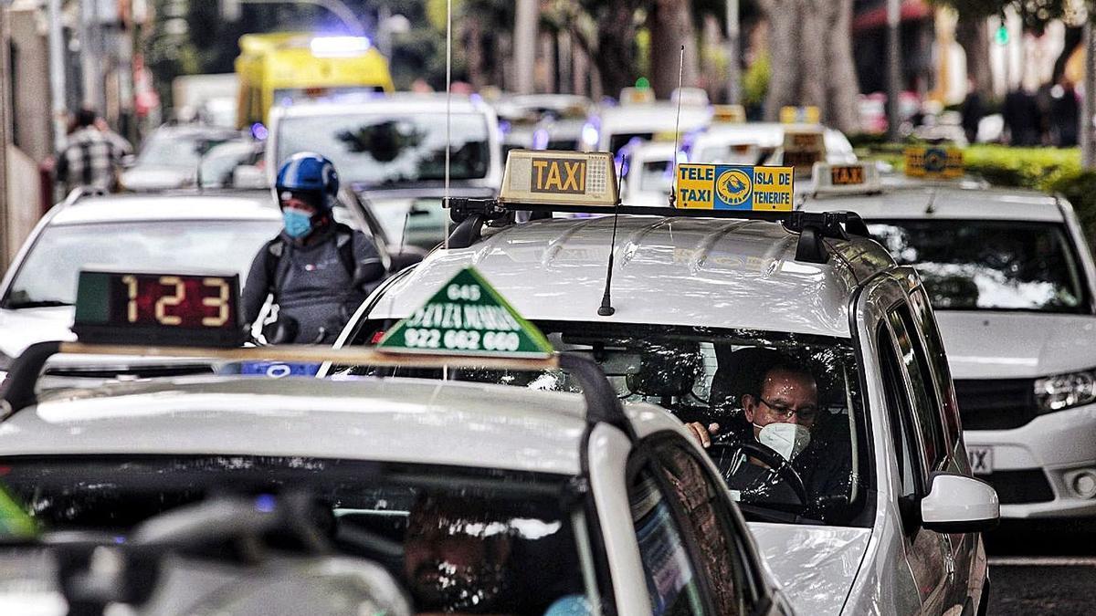 Imagen de la primera de las dos caravanas de protesta que realizaron los taxistas a mitad de enero.